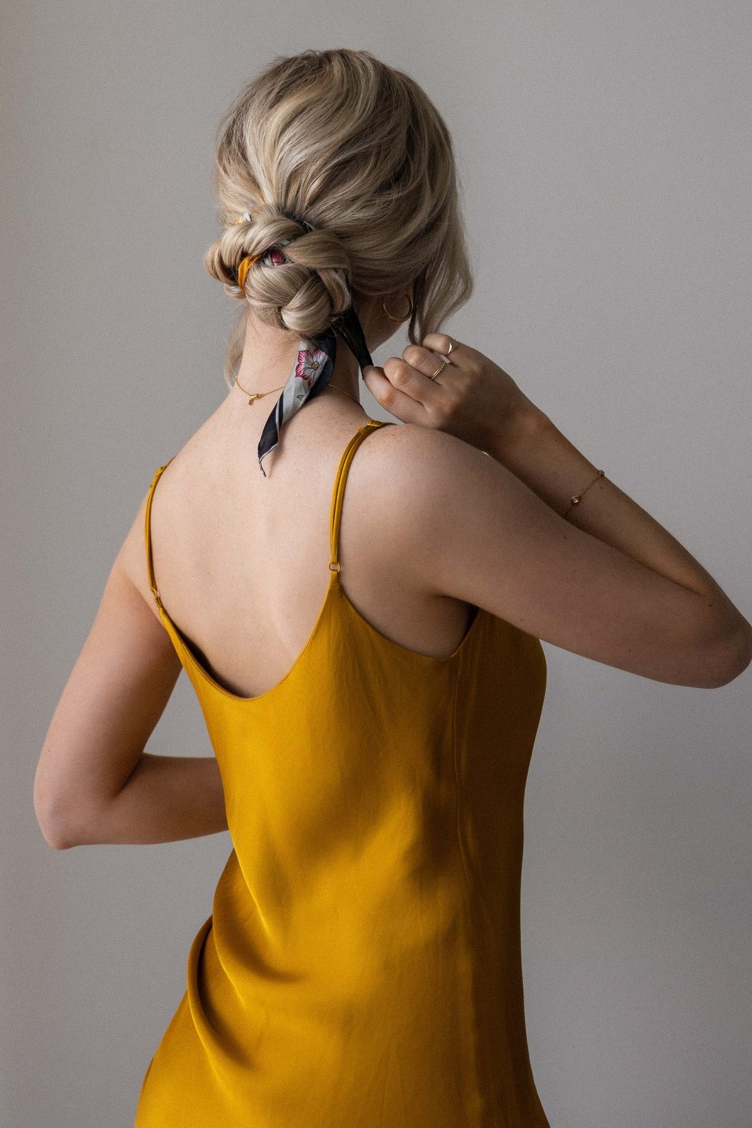 5 WAYS TO STYLE A SCARF IN YOUR HAIR + TUTORIALS